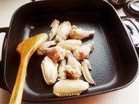 可乐鸡翅,鸡翅洗干净,直接丢入锅里干炒,炒干水分