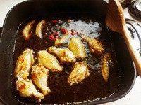 可乐鸡翅,放2个整的干辣椒。倒可乐,差不多漫到鸡翅一半还多点的高度。加老抽调色以及调咸味儿