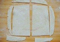 香蕉派,将飞饼稍微软化后在塑料纸上略微擀薄擀大,放入冰箱冷藏松弛20分钟