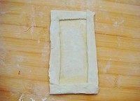 香蕉派,松弛好的每一张飞饼切成上下两片和边条四段