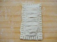 香蕉派,将香蕉馅放在派皮中间,边条抹上蛋液,盖上上皮。用叉子沿着周围压出花纹