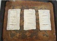 香蕉派,在上片中间每隔1厘米横切一刀,注意手法要轻,不要把下面的切断哦,然后送入冰箱冷藏松弛15分钟
