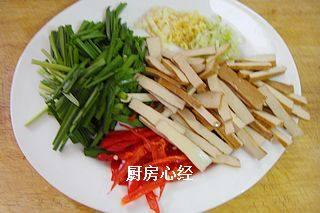 炒鱿鱼,韭菜、香干切寸段,红椒切片,葱姜蒜切末