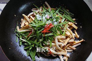 炒鱿鱼,倒入韭菜;红椒;调入盐5克;鸡精5克;糖3克,炒匀即可出锅