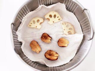 莲藕枣泥—让宝宝先舒舒服服喝碗莲藕枣泥吧,把莲藕切片,大枣去核,一起放入蒸锅中,冷水入锅中大火蒸15-20分钟,莲藕不易熟,尽量切薄片哈。 ps:红枣蒸了吃更容易消化。