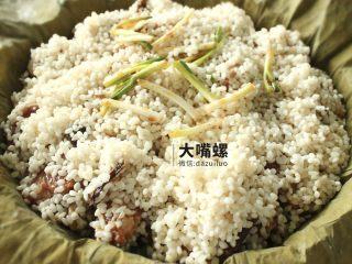 荷叶糯香排骨丨大嘴螺,最后盖上剩余的糯米