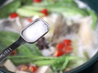鲈鱼炖豆腐,加入适量盐调味。