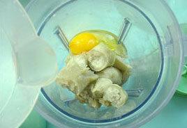 椰香红薯派,红薯用微波炉高火微6分钟,稍凉后,去皮,去皮的红薯加鸡蛋加水,用搅拌机搅拌成糊