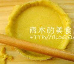 椰香红薯派,将派皮放在派盘,贴按在派盘,多余的边,用擀面杖擀下