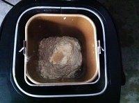 粉嫩帽子面包,除黄油外材料放进面包机,搅拌成团,后油法加入黄油揉到面团可拉开大片薄膜。