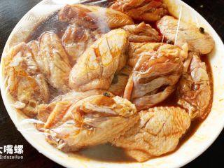 劲脆特制炸鸡翅丨大嘴螺,套上保鲜膜,放入冰箱内腌制1晚