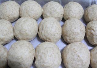 全麦豆沙小餐包 ,放入烤盘,放到温暖湿润处第二次发酵