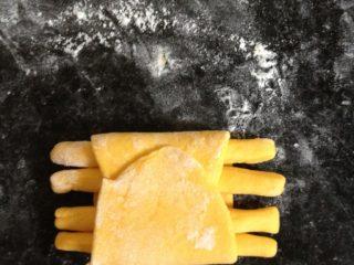 螃蟹馒头,再把另一端也向内折,完全裹住螃蟹的腿