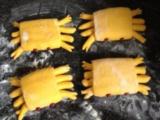 螃蟹馒头,将螃蟹翻过来,摆好造型并剪出蟹钳,用红豆点缀眼睛
