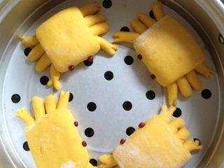 螃蟹馒头,做完其他小螃蟹,盖上盖或保鲜膜放置20分钟进行二次发酵