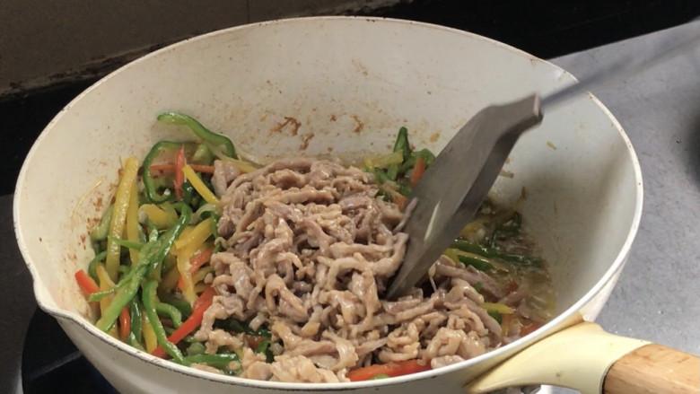 彩椒炒肉丝,加入肉丝,翻炒均匀至入味