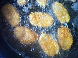 香酥虾滑,将虾滑依次裹薄薄的面粉,沾满鸡蛋液,再裹满面包糠入油锅炸,中火煎至两面金黄