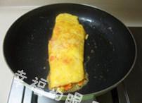 玉子烧,材料都放入后,用铲子将鸡蛋卷成蛋卷