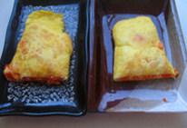 玉子烧,将鸡蛋卷一分为二。放入盘中