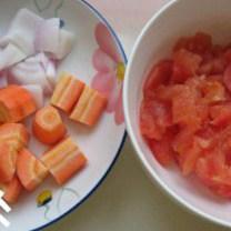 西班牙红酒烩牛尾,将洋葱、胡萝卜洗净,洋葱切片、胡萝卜切块,番茄洗净去皮去蒂切丁
