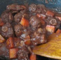 西班牙红酒烩牛尾,番茄丁炒至软糯,烹入红酒,大火煮至汤汁收干后加入高汤熬煮。