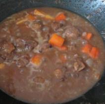 西班牙红酒烩牛尾,沸滚后改为小火,加盖约煮50分钟直至牛尾酥软即可