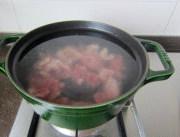 鸭子肉粥,锅中坐水开火,待水沸腾后下入鸭肉