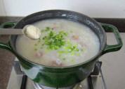 鸭子肉粥,待肉熟米烂,尝一下味道,如果感觉不够咸可以再加点儿盐,加入葱花和少许鸡精,搅拌均匀,关火即可。