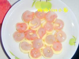 虾仁玉子豆腐,把虾仁摆在豆腐上。上锅蒸五分钟。关火时放上红椒。(如果有豌豆。就和虾仁豆腐一起蒸)