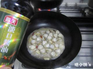酒蒸蛤蜊,开盖后每只白蛤都打开,加一些淡口酱油调味