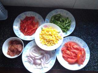 平底锅版--蔬菜披萨,就洋葱、青椒、红椒、香肠、西红柿切好备用