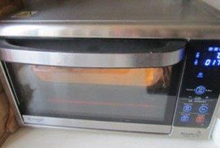 体会不一样的口感----绿茶蛋糕面包,放入预热好170度烤箱中, 中下层18分钟;