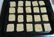 秋意浓,坚果香----松子饼干,均匀的放入烤盘中, 注意留出空隙;