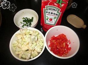 番茄菜花,菜花去除根部,切成小朵,再用清水冲洗干净。番茄洗净,切成小丁,香葱切葱花备用