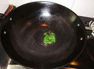 番茄菜花,锅内加入适量的油,中火烧至油至六成热,将大部分葱花放入爆香