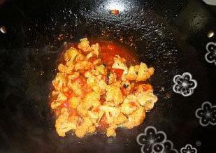 番茄菜花,再将菜花放入,翻炒均匀将一点生粉调入一点水调成生粉水,放入锅内,煮至汤汁浓稠即可装盘。最后撒上香葱粒即可