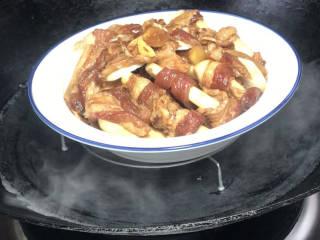 芋头蒸五花肉,放入开水锅中,上汽后转中火,蒸30分钟