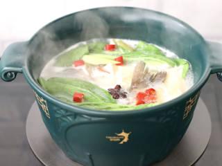 鲈鱼炖豆腐,放入青菜中小米辣,看见青菜变色烫熟,撒上葱花和香菜出锅。