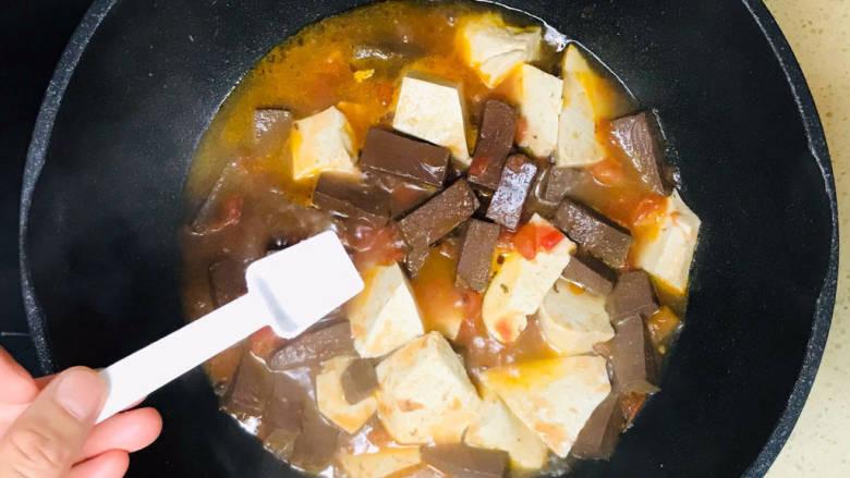酸辣豆腐,加入鸭血和豆腐,翻炒均匀,撒入盐调味
