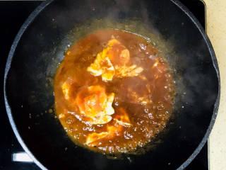 糖醋鸡蛋,转慢火,炖至汤汁浓稠