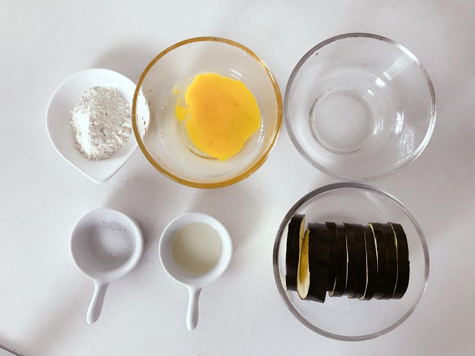 宝宝辅食:香香软嫩的茄子馍,快手美味,宝宝吃不够!12M+</p> <p>,准备好所有食材,将茄子洗净切成薄片,大概0.5cm左右。</p> <p>》可以把茄子泡在水里,可避免发黑。