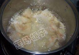 雪梨山楂糯米粥,雪梨水烧开加入糯米小火煮至糯米软烂