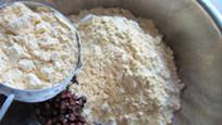 红豆杂粮窝窝头,在红豆中加入所有粉类