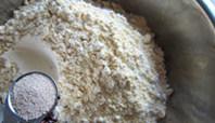 红豆杂粮窝窝头,加入酵母粉,拌匀