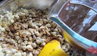 红豆杂粮窝窝头,少量多次加入煮红豆的水,边加边拌匀