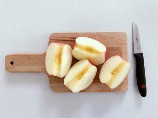 宝宝辅食:好吃又健康的水果片,去核,切成4瓣。
