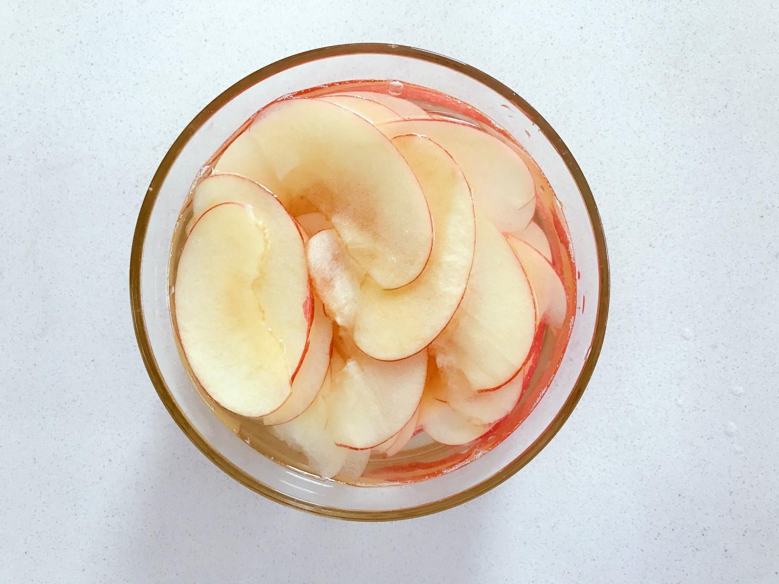 宝宝辅食:好吃又健康的水果片,准备一个大碗,装一碗清水,挤入半个柠檬汁搅拌,然后将切好的苹果片放入,浸泡15-20分钟。</p> <p>》这一步也可以省去,对成品口感影响不大,不浸泡烤完后苹果片颜色会变深,浸泡足够时间烘烤后颜色比较好看。</p> <p>》小芽因为时间关系,只泡了5分钟,所以成品依旧变色了哈。