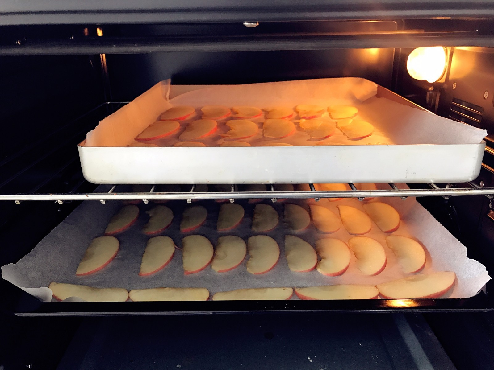 宝宝辅食:好吃又健康的水果片,因为是100度低温烘烤,小芽就把两盘一起放入烤箱了哈,一个中上层,一个中下层,2个小时左右,1个半小时的时候检查下,看苹果片的水分是否完全烤干,如果已经比较干了,就可以了。刚烤好的苹果片还是有点软软的,但稍稍冷却就会马上变脆,如果苹果片冷却后还是软绵绵的,说明还没有烤好,可以放入烤箱多烤几分钟。</p> <p>》低温烘烤水果片之类的,小芽一般都会放入好几盘一起烤,但常规烘烤蛋糕饼干之类的,一次只能烘烤一盘哈,这样才能保证整体受热均匀。