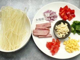 """黄金芝士焗意""""粉""""丨大嘴螺,准备食材,青红椒切丁,玉米剥成小粒,洋葱切碎,西红柿清洗切碎,是时候展现自己的刀工了!"""