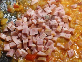 """黄金芝士焗意""""粉""""丨大嘴螺,放入烟熏火腿丁,喜欢吃肉肉的小伙伴喜欢放多少就由君选择啦(其实小编更喜欢用的是培根,打开冰柜才发现,虾米都木有了)"""